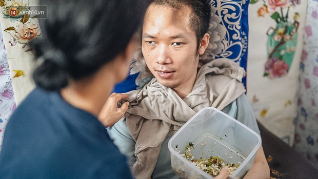 Xúc động người vợ 10 năm chăm chồng bị liệt toàn thân ở Hà Nội: Nếu không có anh, tôi không sống nổi - Ảnh 3.