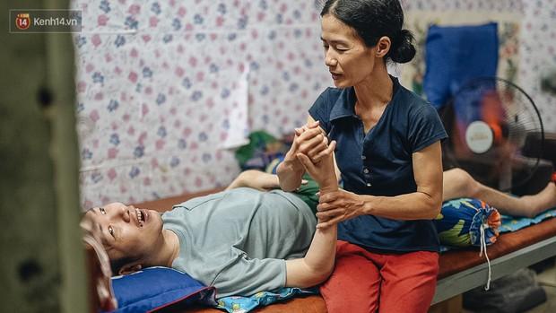 Xúc động người vợ 10 năm chăm chồng bị liệt toàn thân ở Hà Nội: Nếu không có anh, tôi không sống nổi - Ảnh 7.