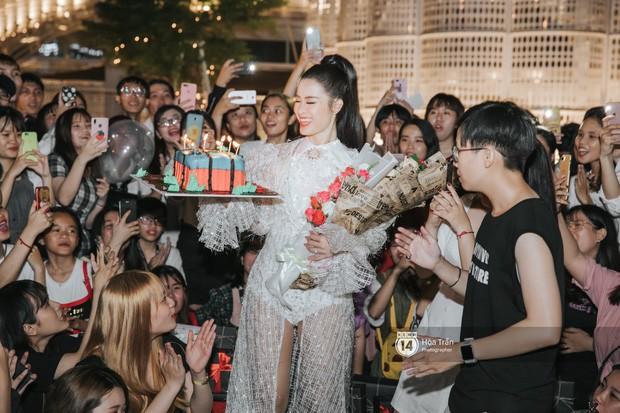 """Gặp fan sau buổi diễn cuối cùng trước ngày kết hôn, Đông Nhi gây xúc động khi liên tục hứa với FC """"sẽ thật hạnh phúc"""" - Ảnh 2."""