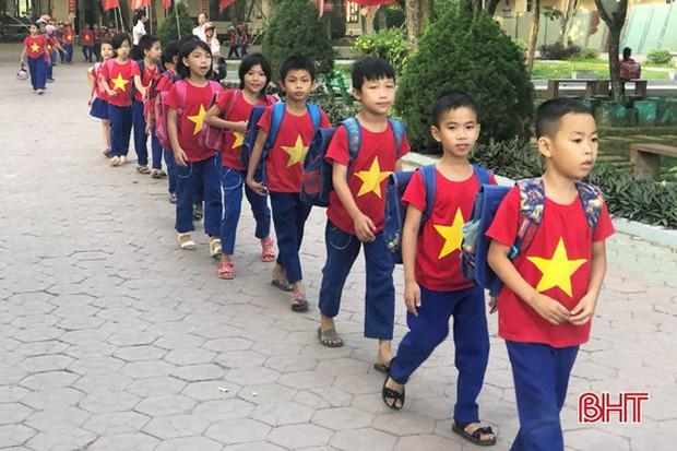 """""""Xếp hàng đón con"""" lan tỏa đến hơn 140 trường học ở Hà Tĩnh - Ảnh 1."""