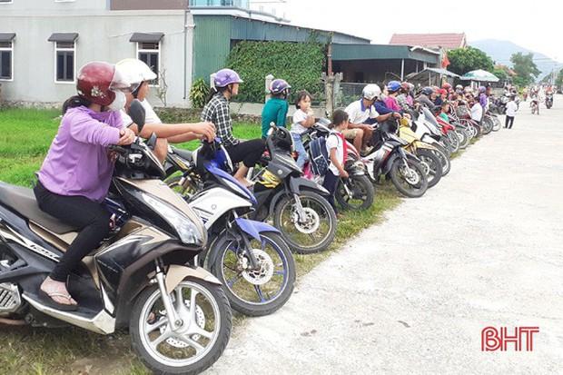 """""""Xếp hàng đón con"""" lan tỏa đến hơn 140 trường học ở Hà Tĩnh - Ảnh 2."""