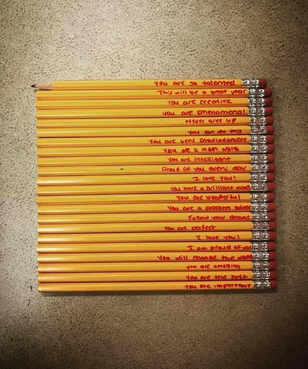 Ngày đầu đi học thấy cậu học trò cầm hơn 20 ngòi bút chì, cô giáo tò hỏi ra mới biết là món quà vô giá mà người mẹ tặng con - Ảnh 1.