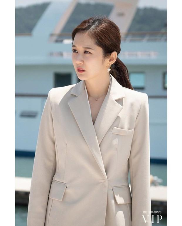 Đặc sản thời trang trong phim Hàn mùa Thu/Đông: Muôn cách diện áo blazer chỉ đẹp và sành điệu trở lên - Ảnh 9.