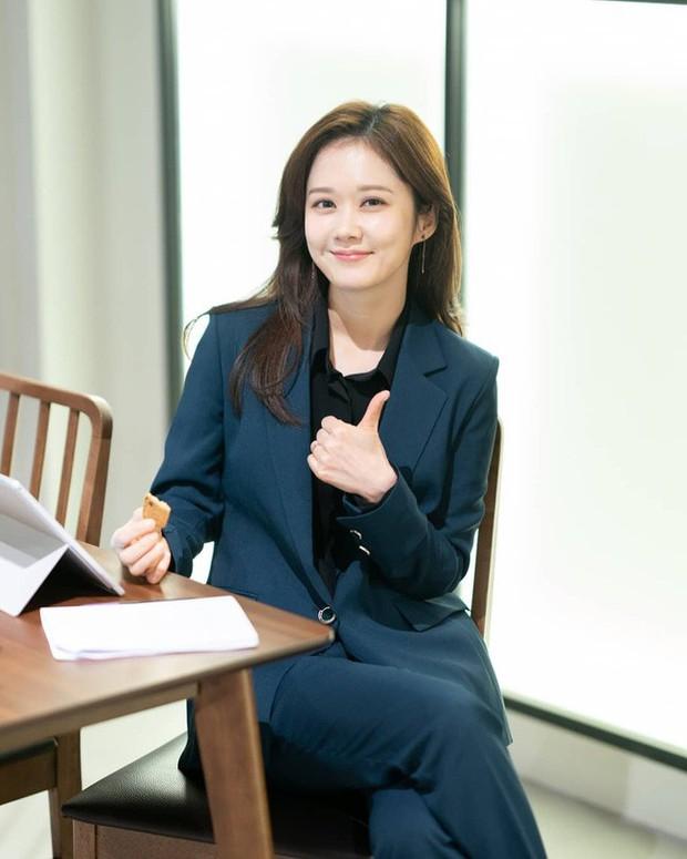 Đặc sản thời trang trong phim Hàn mùa Thu/Đông: Muôn cách diện áo blazer chỉ đẹp và sành điệu trở lên - Ảnh 11.