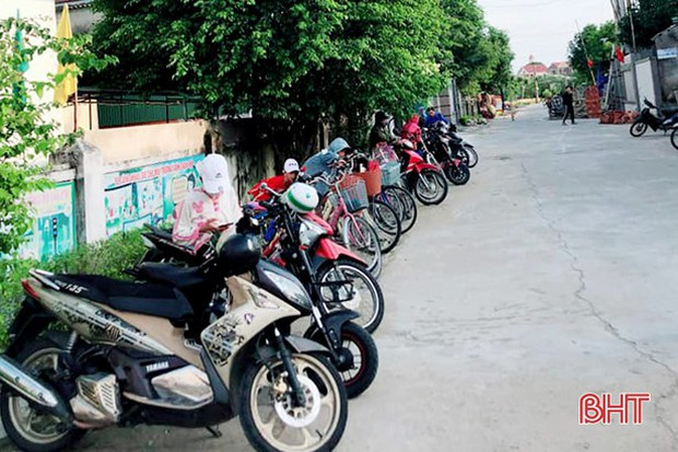 """""""Xếp hàng đón con"""" lan tỏa đến hơn 140 trường học ở Hà Tĩnh - Ảnh 4."""