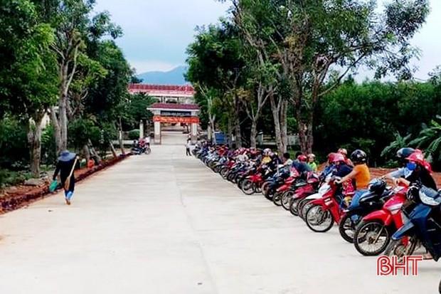 """""""Xếp hàng đón con"""" lan tỏa đến hơn 140 trường học ở Hà Tĩnh - Ảnh 5."""
