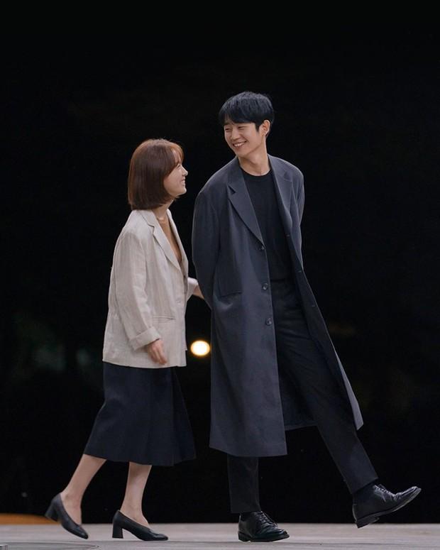 Đặc sản thời trang trong phim Hàn mùa Thu/Đông: Muôn cách diện áo blazer chỉ đẹp và sành điệu trở lên - Ảnh 4.