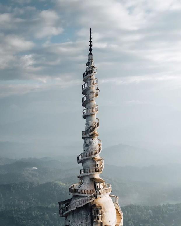 Clip leo cầu thang ở tháp xoắn ốc kỳ quái thu hút 4 triệu lượt xem, sợ đến thót tim nhưng nhiều du khách vẫn liều mình muốn thử - Ảnh 5.