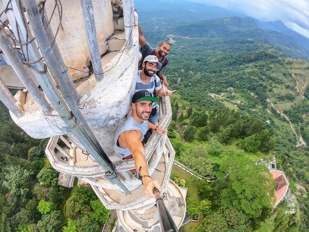 Clip leo cầu thang ở tháp xoắn ốc kỳ quái thu hút 4 triệu lượt xem, sợ đến thót tim nhưng nhiều du khách vẫn liều mình muốn thử - Ảnh 8.