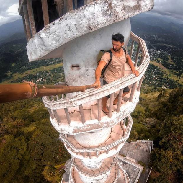 Clip leo cầu thang ở tháp xoắn ốc kỳ quái thu hút 4 triệu lượt xem, sợ đến thót tim nhưng nhiều du khách vẫn liều mình muốn thử - Ảnh 7.