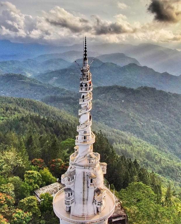 Clip leo cầu thang ở tháp xoắn ốc kỳ quái thu hút 4 triệu lượt xem, sợ đến thót tim nhưng nhiều du khách vẫn liều mình muốn thử - Ảnh 4.