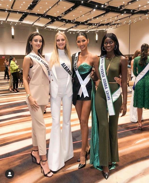 Hoàng Thùy khoe dáng siêu nuột, đọ sắc một chín một mười bên dàn đối thủ trong ngày thứ 3 tại Miss Universe 2019 - Ảnh 3.