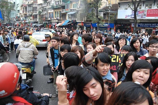 """Kinh hoàng cảnh Hồ Gươm """"vỡ trận"""" vì đám đông fan nghẹt thở, không nhúc nhích nổi vì dàn Running Man 6 năm trước - Ảnh 2."""