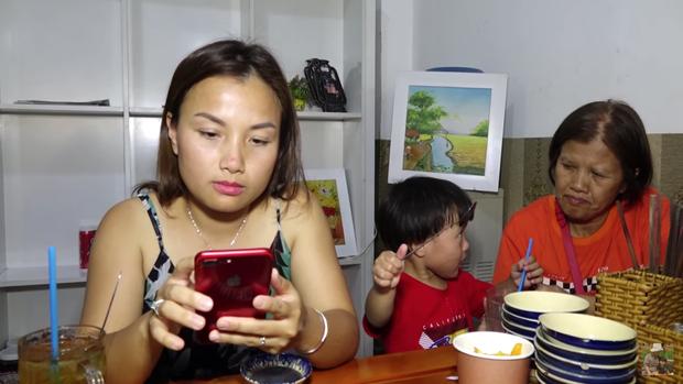Nghe Mạc Văn Khoa bày tỏ sự yêu mến, mẹ con Quỳnh Trần JP và bé Sa lập tức đến quán bún đậu ủng hộ - Ảnh 1.