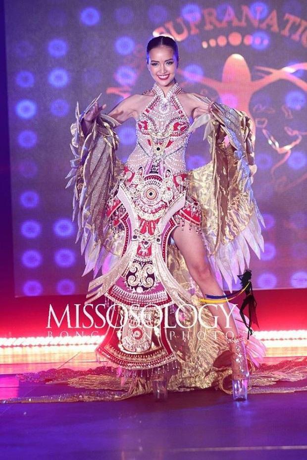 Mất nón dài 1,2m, Lạc Vũ hoành tráng vẫn không thể đem giải Quốc phục về cho Ngọc Châu tại Miss Supranational 2019 - Ảnh 1.