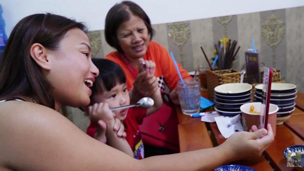 Nghe Mạc Văn Khoa bày tỏ sự yêu mến, mẹ con Quỳnh Trần JP và bé Sa lập tức đến quán bún đậu ủng hộ - Ảnh 2.