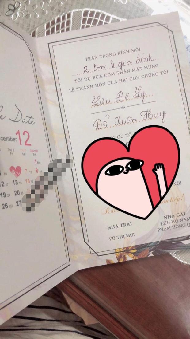 Xôn xao hình ảnh thiệp cưới của Lưu Đê Ly và Huy DX: Hé lộ thời gian tổ chức, tên viết tay theo phong cách cổ điển nhưng sai chính tả! - Ảnh 1.