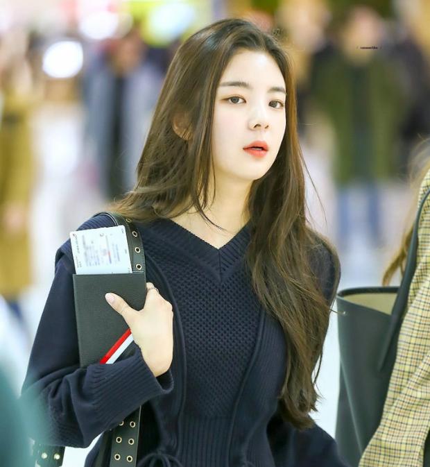 Nữ tân binh 2019 được xem là có thần thái của cả SM, YG và JYP: Cười lên thì xinh nhưng bình thường mặt như khó ở - Ảnh 2.