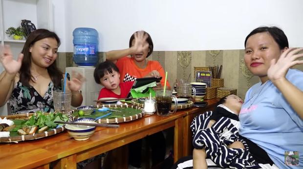 Nghe Mạc Văn Khoa bày tỏ sự yêu mến, mẹ con Quỳnh Trần JP và bé Sa lập tức đến quán bún đậu ủng hộ - Ảnh 4.