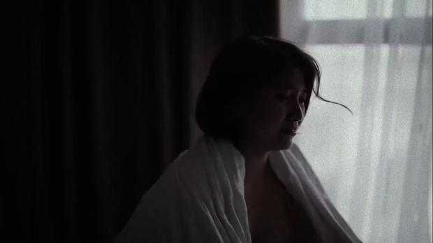 Emma Nhất Khanh hở bạo rủ trai đẹp đam mĩ Lãnh Thanh lên giường để kể chuyện Thương Người Đã Cũ - Ảnh 1.