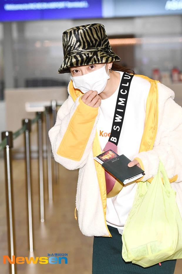 Dàn sao Running Man đổ bộ sân bay Hàn sang Việt Nam: Lee Kwang Soo hớn hở, Song Ji Hyo mặt mộc vẫn cực xinh - Ảnh 1.