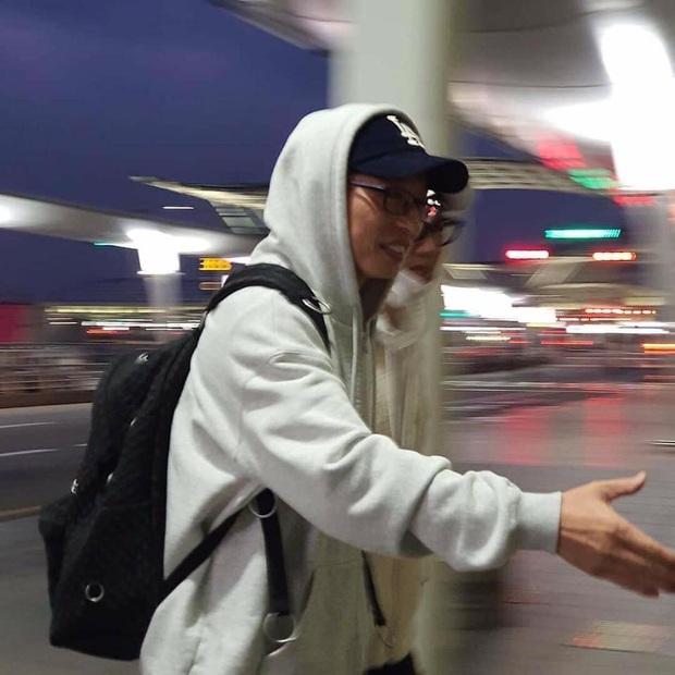 Dàn sao Running Man đổ bộ sân bay Hàn sang Việt Nam: Lee Kwang Soo hớn hở, Song Ji Hyo mặt mộc vẫn cực xinh - Ảnh 5.