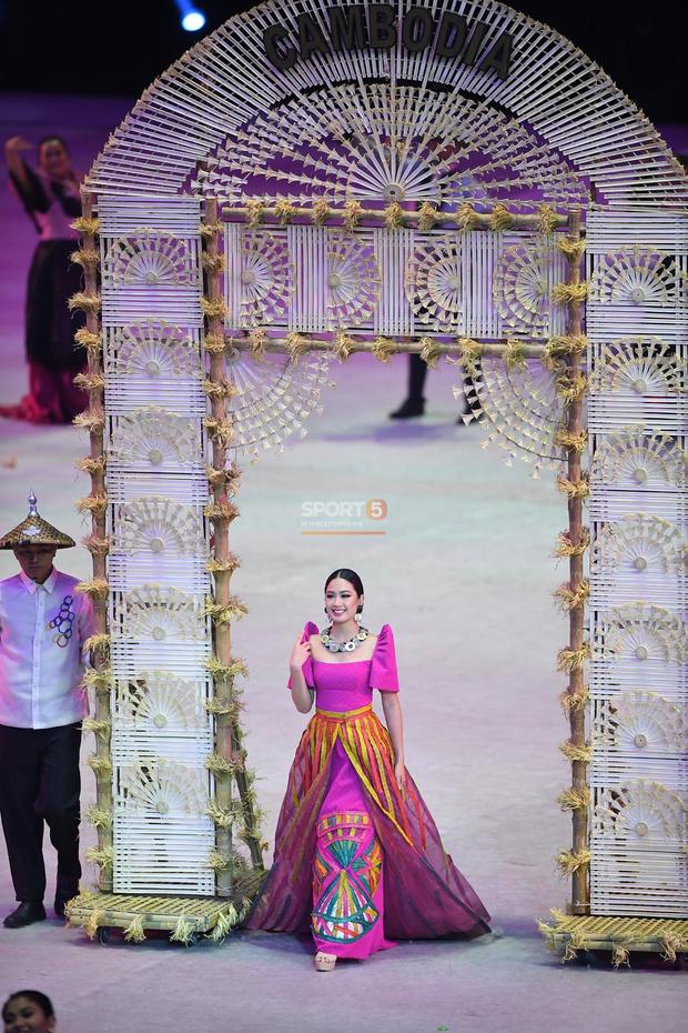 Cận cảnh dàn hoa hậu xinh tươi tham gia diễu hành khai mạc SEA Games 30 - Ảnh 4.