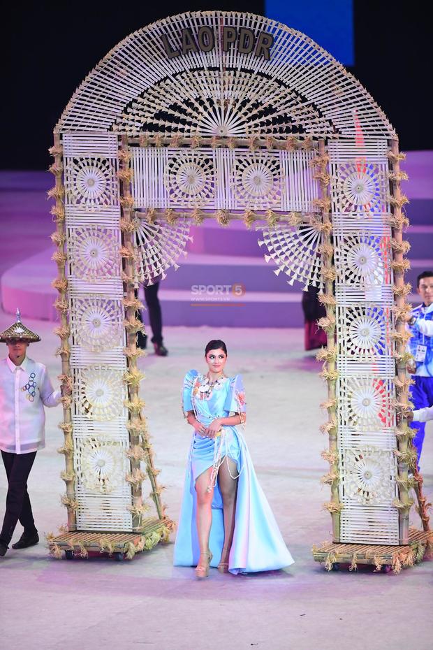 Cận cảnh dàn hoa hậu xinh tươi tham gia diễu hành khai mạc SEA Games 30 - Ảnh 1.