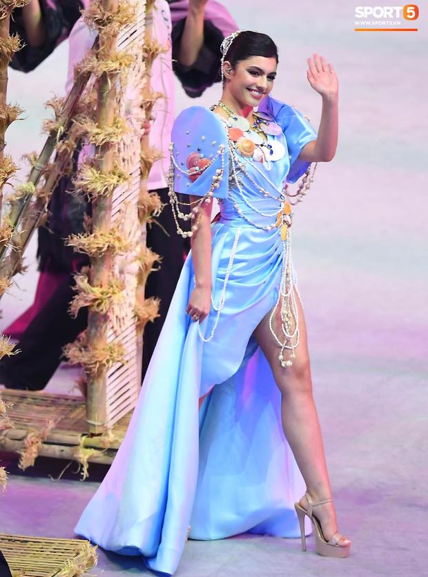 Cận cảnh dàn hoa hậu xinh tươi tham gia diễu hành khai mạc SEA Games 30 - Ảnh 2.
