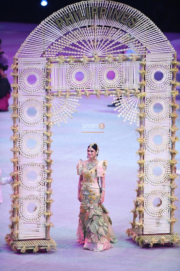Cận cảnh dàn hoa hậu xinh tươi tham gia diễu hành khai mạc SEA Games 30 - Ảnh 8.