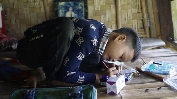 Cậu bé 10 tuổi sống cô độc giữa rừng ở Tuyên Quang sẽ được học trường nội trú - Ảnh 1.