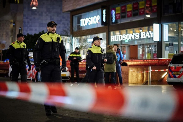 Black Friday kinh hoàng: Đâm dao trên phố mua sắm sầm uất ở Hà Lan - Ảnh 1.