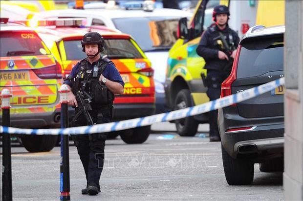 Anh: Cảnh sát xác nhận vụ tấn công khủng bố bằng dao  - Ảnh 1.