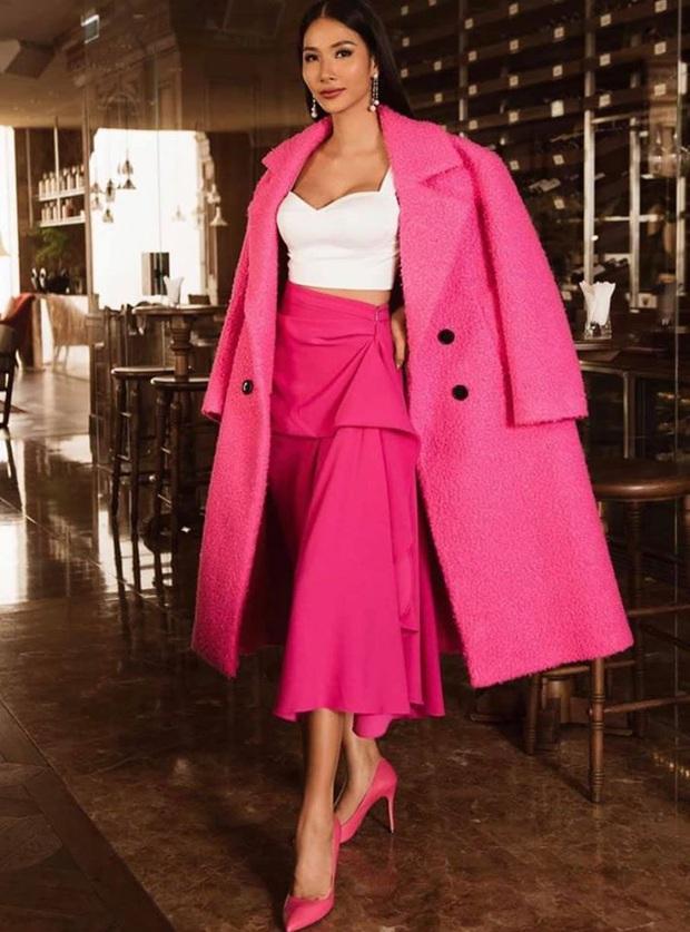 Hoàng Thùy diện đồ màu hồng chóe ngày đầu thi Miss Universe 2019, lấy hên bằng cách diện lại áo của HHen Niê - Ảnh 2.
