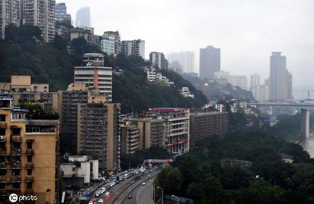 Thành phố thẳng đứng ở Trung Quốc gây ngỡ ngàng khi xây trạm xăng trên nóc tòa nhà 6 tầng - Ảnh 1.