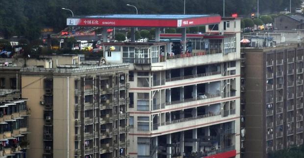 Thành phố thẳng đứng ở Trung Quốc gây ngỡ ngàng khi xây trạm xăng trên nóc tòa nhà 6 tầng - Ảnh 2.