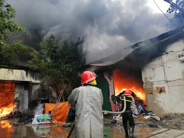 Xưởng chăn ga, gối đệm ở Hà Nội bốc cháy ngùn ngụt - Ảnh 1.