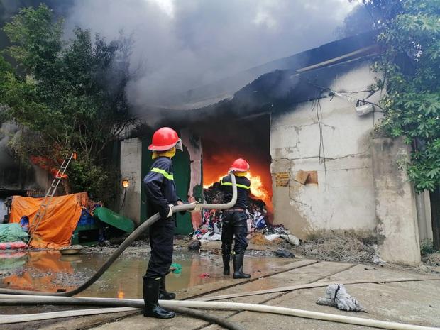 Xưởng chăn ga, gối đệm ở Hà Nội bốc cháy ngùn ngụt - Ảnh 2.