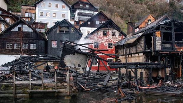 Cháy lớn tại di sản thế giới Hallstatt (Áo) - địa điểm du lịch số 1 châu Âu: các ngôi nhà gỗ đã bị lửa thiêu rụi - Ảnh 3.