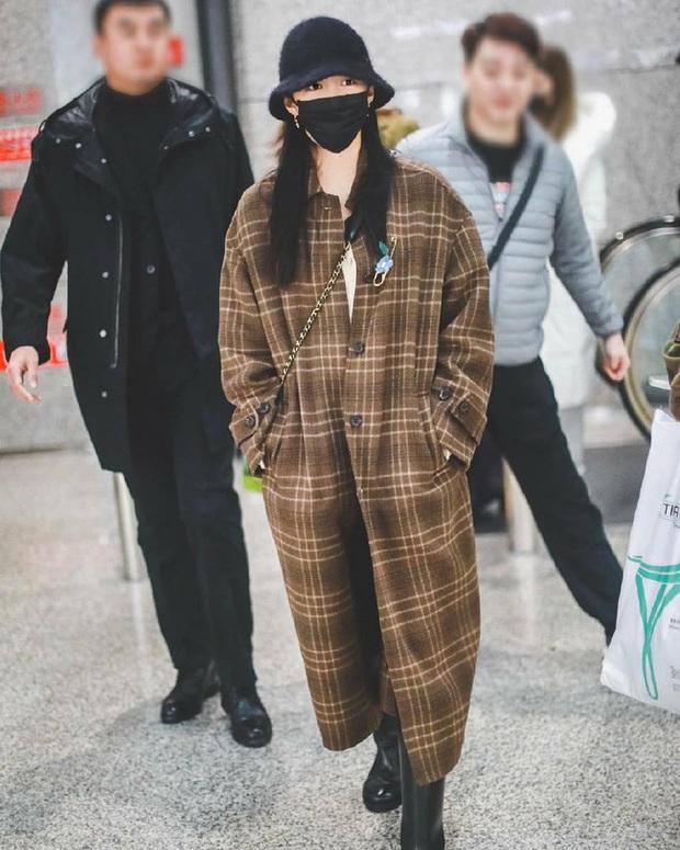 Style sân bay sao Hoa - Hàn tuần qua: Công thức blazer + jeans được chọn nhiều, nhưng ai mới là người mặc đẹp nhất? - Ảnh 12.