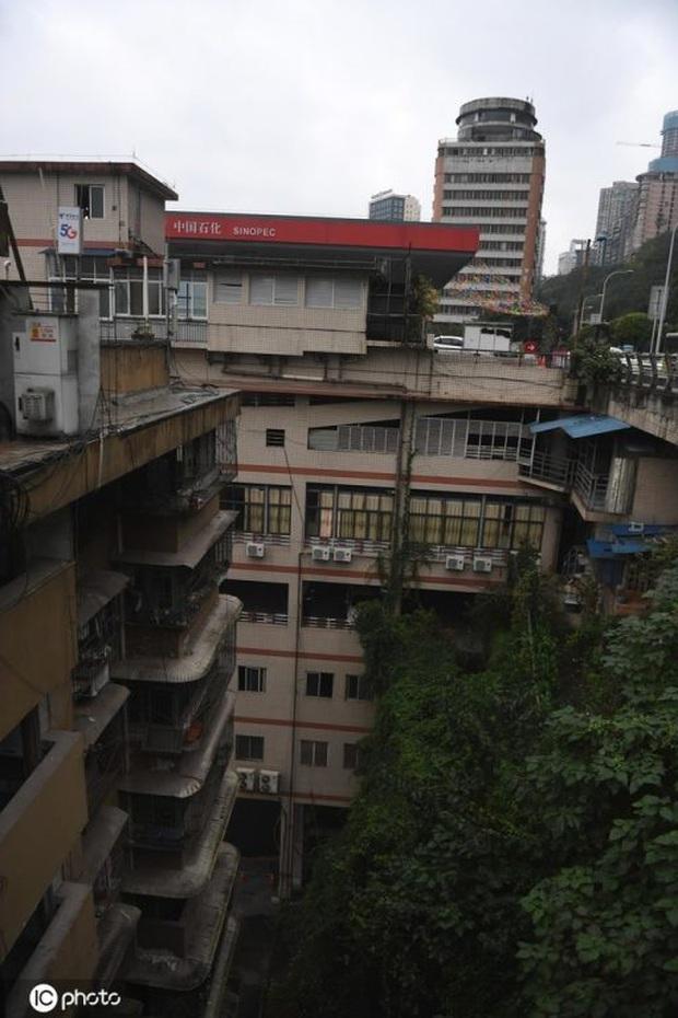Thành phố thẳng đứng ở Trung Quốc gây ngỡ ngàng khi xây trạm xăng trên nóc tòa nhà 6 tầng - Ảnh 3.