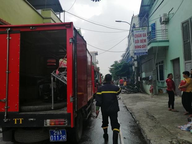 Xưởng chăn ga, gối đệm ở Hà Nội bốc cháy ngùn ngụt - Ảnh 3.