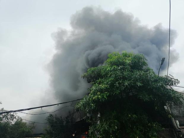 Xưởng chăn ga, gối đệm ở Hà Nội bốc cháy ngùn ngụt - Ảnh 4.