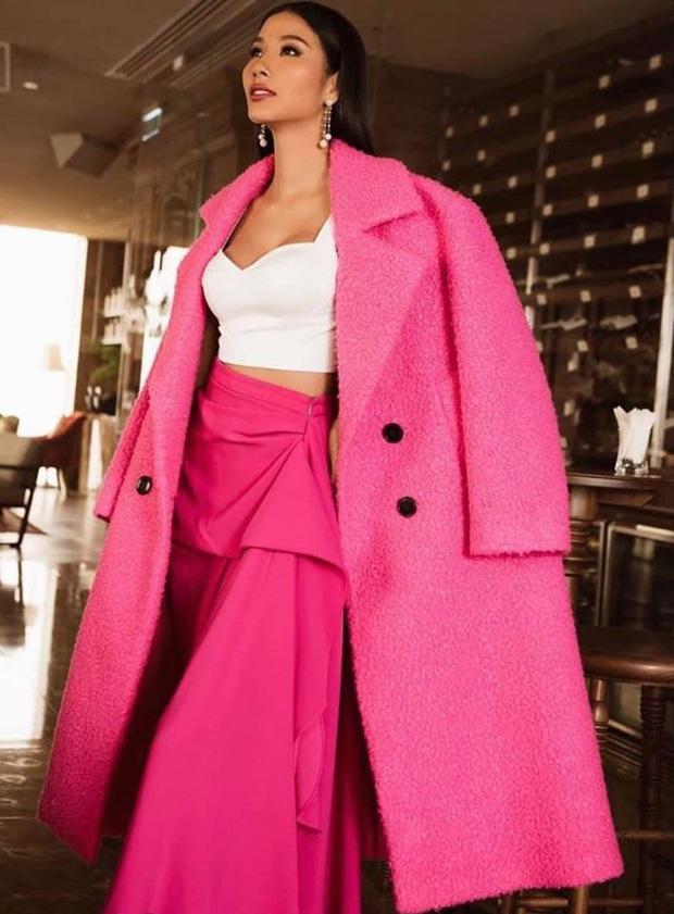Hoàng Thùy diện đồ màu hồng chóe ngày đầu thi Miss Universe 2019, lấy hên bằng cách diện lại áo của HHen Niê - Ảnh 5.