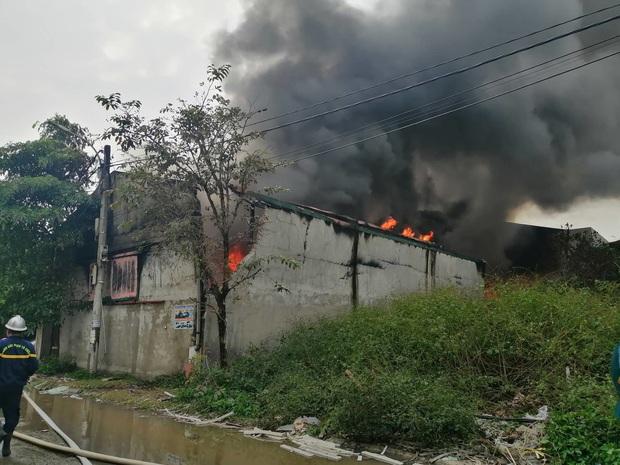 Xưởng chăn ga, gối đệm ở Hà Nội bốc cháy ngùn ngụt - Ảnh 5.