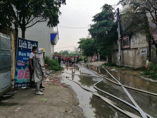 Xưởng chăn ga, gối đệm ở Hà Nội bốc cháy ngùn ngụt - Ảnh 6.