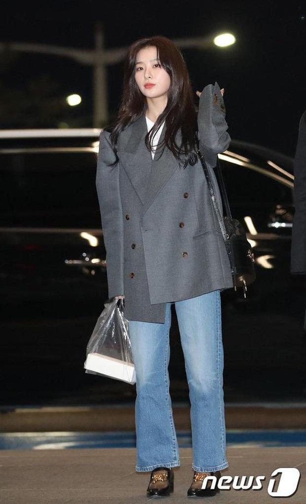 Style sân bay sao Hoa - Hàn tuần qua: Công thức blazer + jeans được chọn nhiều, nhưng ai mới là người mặc đẹp nhất? - Ảnh 5.