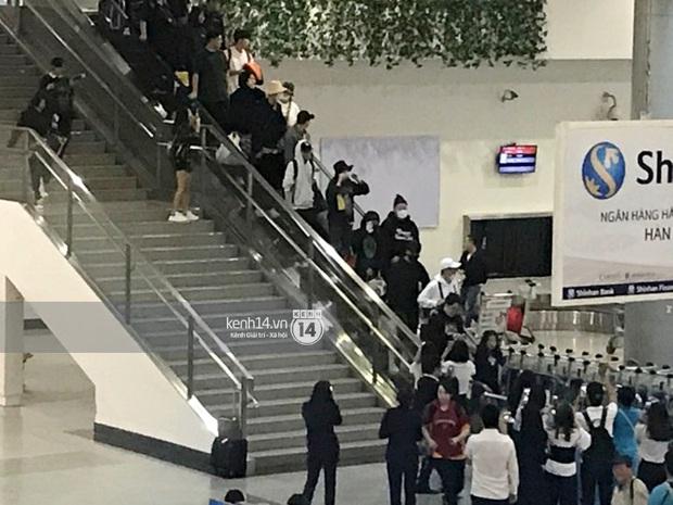 Sân bay Tân Sơn Nhất vỡ trận vì dàn Running Man: Mợ Ngố tươi tắn, Lee Kwang Soo và dàn sao kẹt cứng giữa biển fan khủng chẳng kém AAA - Ảnh 18.