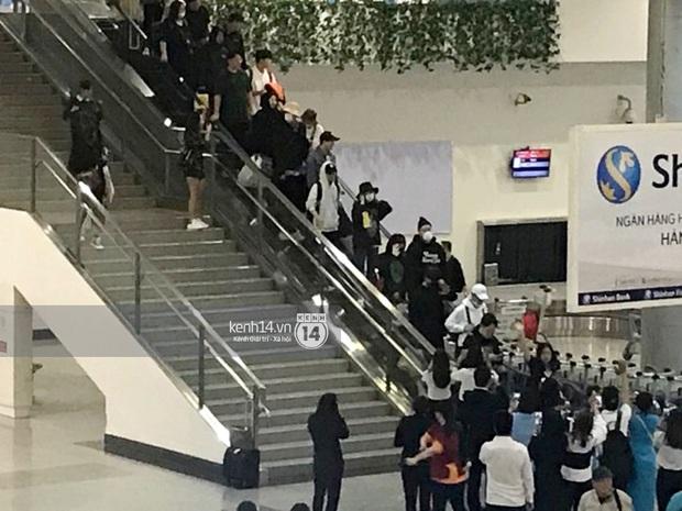 Sân bay Tân Sơn Nhất vỡ trận vì dàn Running Man: Mợ Ngố tươi tắn, Lee Kwang Soo và dàn sao kẹt cứng giữa biển fan khủng chẳng kém AAA - Ảnh 19.