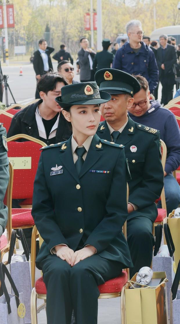 Khí chất lất át cả Lý Dịch Phong, bà mẹ bỉm sữa Trương Hinh Dư gây sốt với hình ảnh quân nhân siêu ngầu - Ảnh 3.